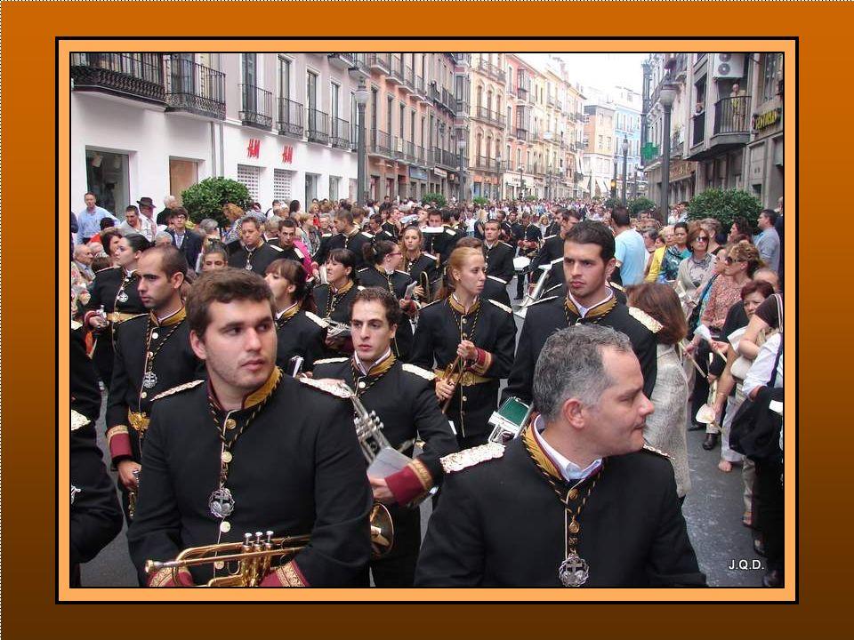 La Guardia Municipal abre el desfile seguido de las bandas y agrupaciones musicales.