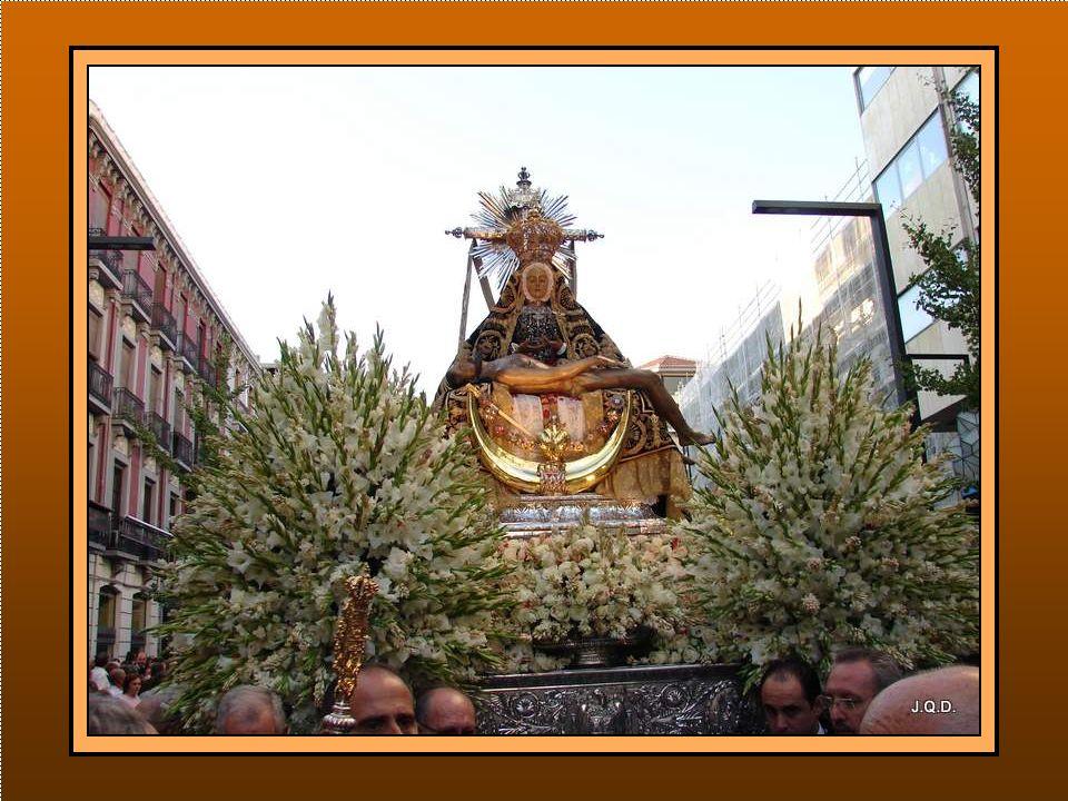 Y tras ellos, precedido de la Junta de Gobierno de la Hermandad, aparecer el trono de la Virgen