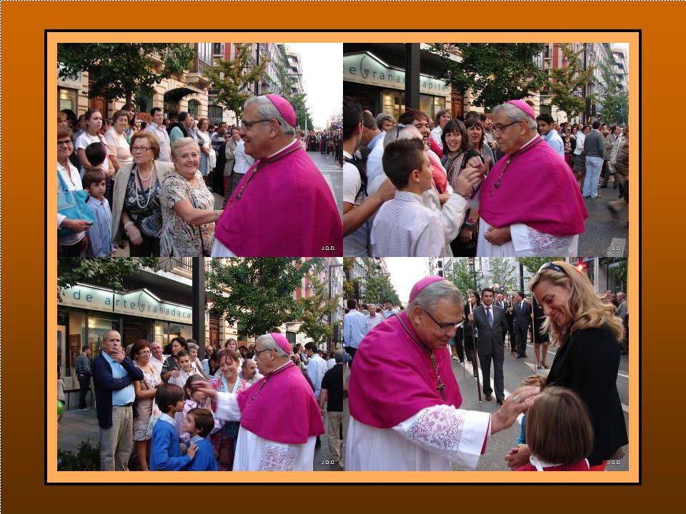 El Arzobispo suele ir de un lado a otro de la calle saludando y bendiciendo a la gente.