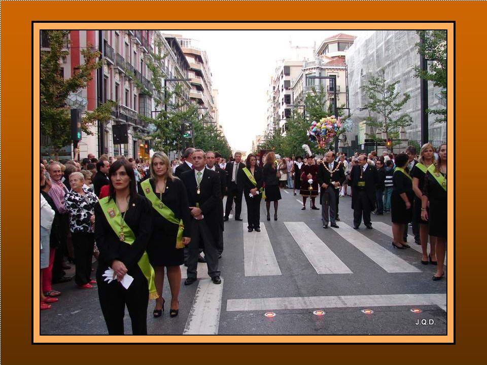 Representación bajo mazas, de la Diputación Provincial de Granada con estandarte, Diputados y Presidente