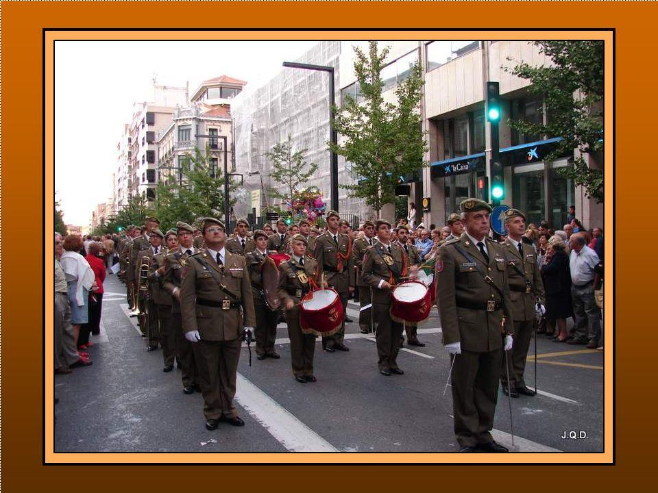 Cierra la procesión una Sección de Honores del Ejército de Tierra con banda de música.