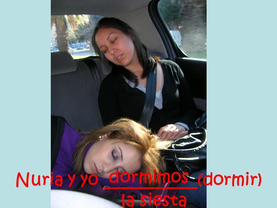 Nuria y yo ___________(dormir) la siesta dormimos