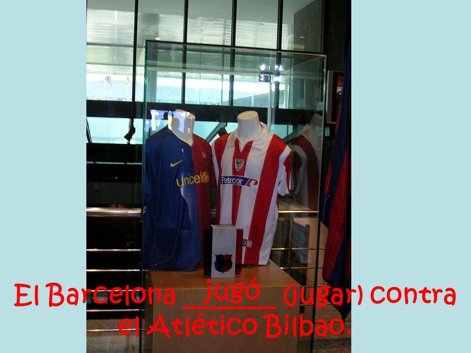 El Barcelona _______ (jugar) contra el Atlético Bilbao. jugó