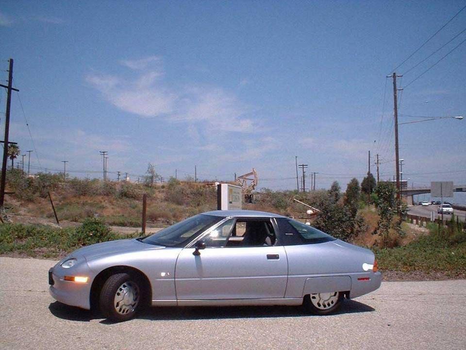 En 1996, los primeros autos eléctricos de producción en serie, los EV1 (Electric V, fueron fabricados en los EUA por la General Motors, y circularon por las calles de California.En 1996, los primeros autos eléctricos de producción en serie, los EV1 (Electric V ehicle 1), fueron fabricados en los EUA por la General Motors, y circularon por las calles de California.