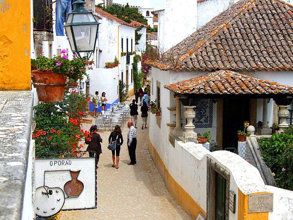 Y nada más atravesar su arcada nos encontramos con calles con un sabor muy tradicional, antiguo y casi medieval; lugares donde comprar los típicos bordados, los encajes o la cerámica.