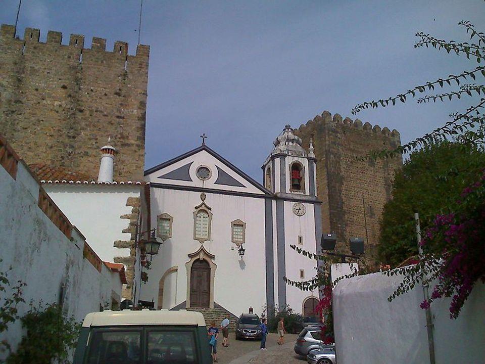 Y tras atravesar este pueblo que en su momento regaló el rey Don Diniz a su esposa, llegamos al castillo que domina toda la plaza.