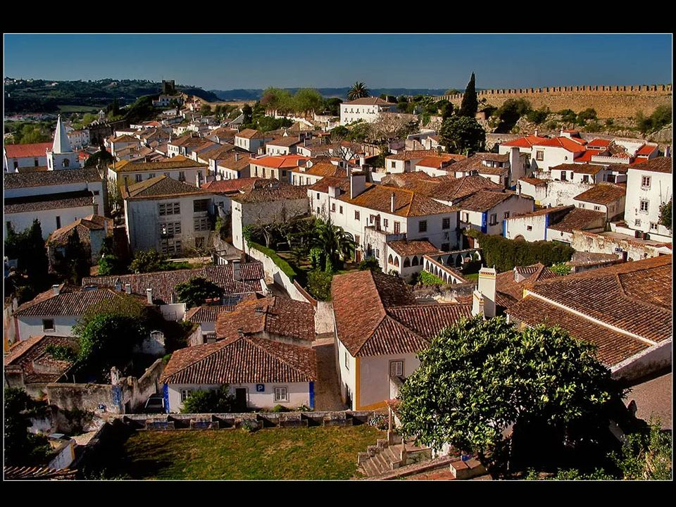 Óbidos es una pequeña ciudad, rodeada de altas murallas medievales, situado a 20 kilómetros al norte de Lisboa y es considerado como uno de los pueblos más bellos de Portugal.