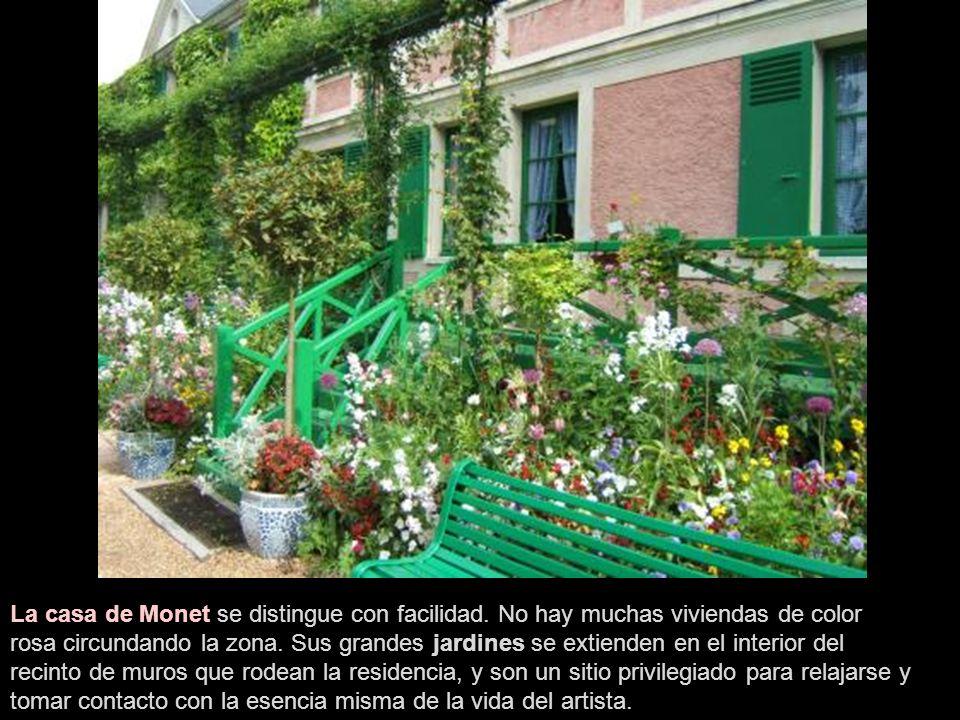 El pueblo llamó la atención de Claude Monet en 1883, quien trasladaría allí su lugar de residencia.