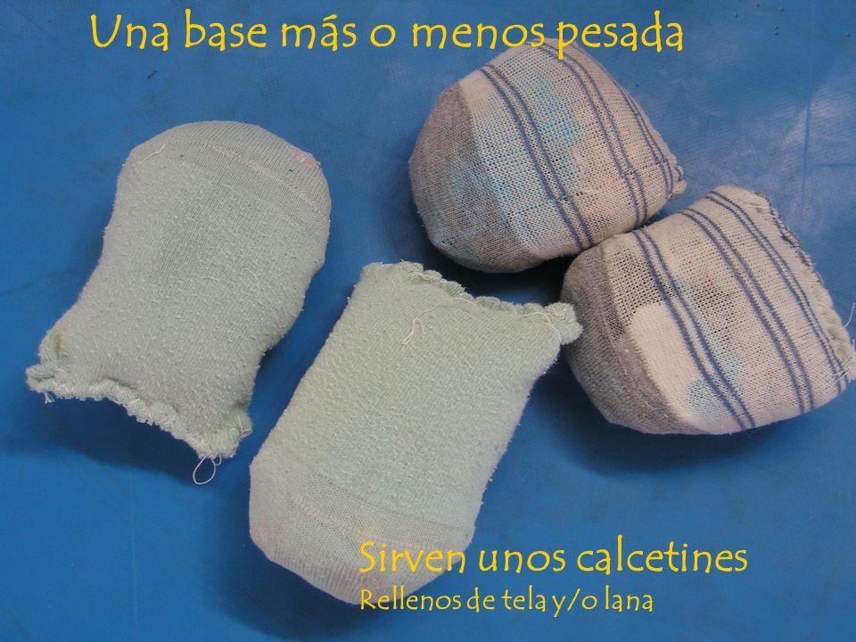 Una base más o menos pesada Sirven unos calcetines Rellenos de tela y/o lana