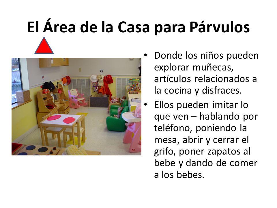 El Área de la Casa para Párvulos Donde los niños pueden explorar muñecas, artículos relacionados a la cocina y disfraces.