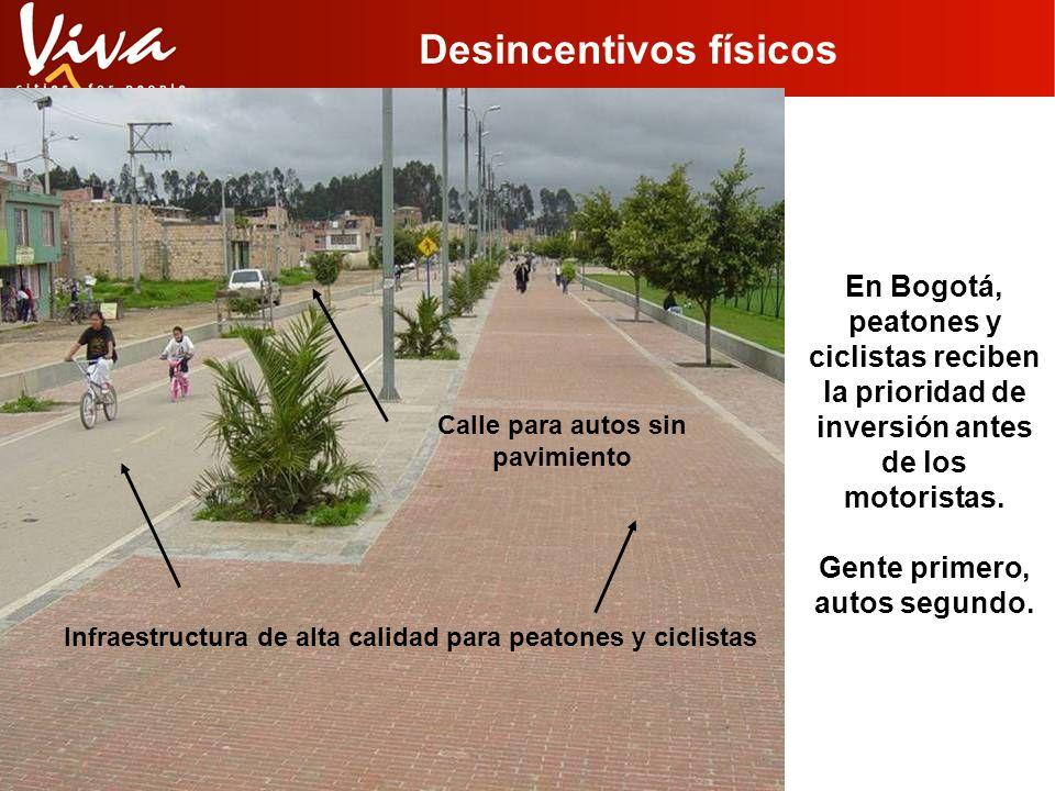 Desincentivos físicos En Bogotá, peatones y ciclistas reciben la prioridad de inversión antes de los motoristas. Gente primero, autos segundo. Infraes