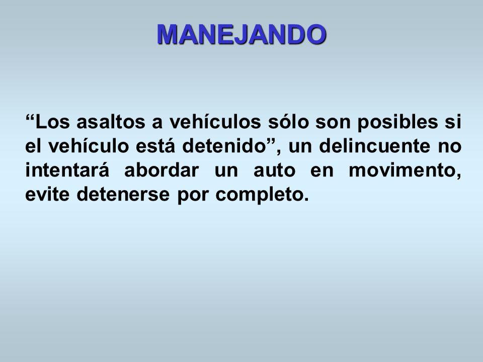 Los asaltos a vehículos sólo son posibles si el vehículo está detenido, un delincuente no intentará abordar un auto en movimento, evite detenerse por