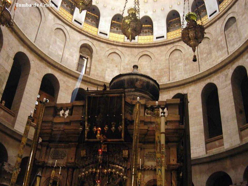Según los evangelios, antes de la muerte de Jesús el sitio era una tumba ya habilitada como tal, pero no utilizada todavía, propiedad de un rico judío