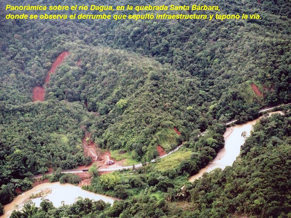 Panorámica sobre el río Dagua, en la quebrada Santa Bárbara, donde se observa el derrumbe que sepultó infraestructura y taponó la vía.