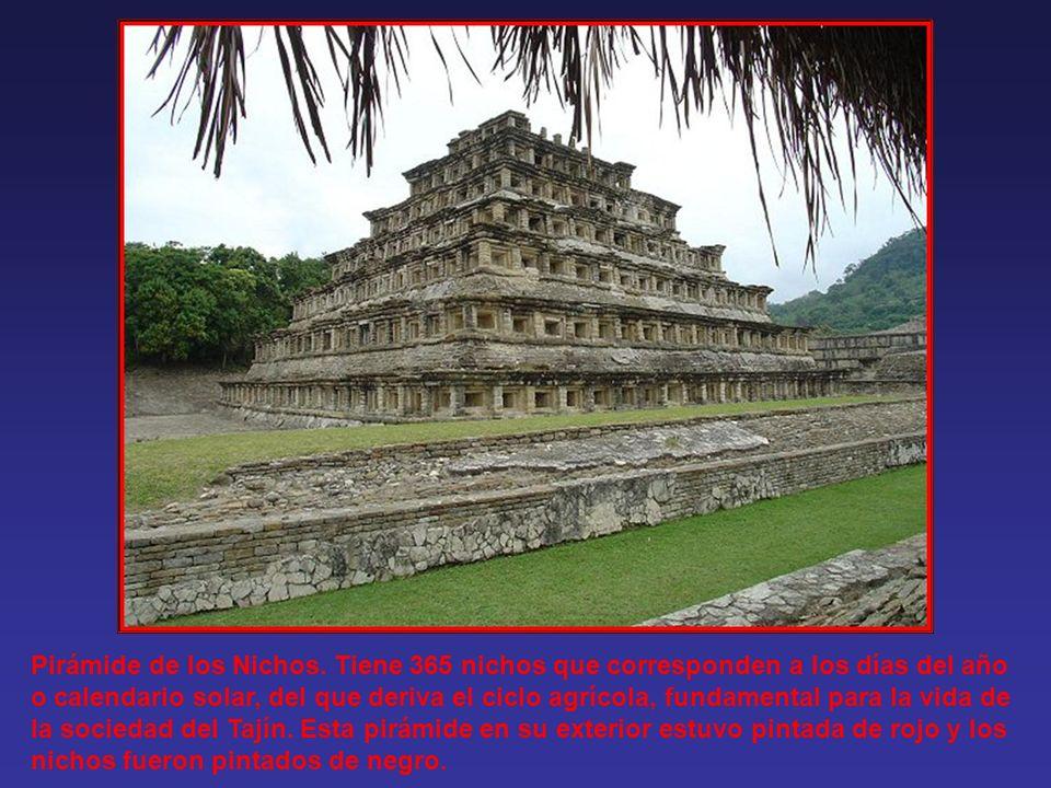La pirámide de los nichos es el edificio más sobresaliente del conjunto de El Tajín, es una base piramidal de siete niveles con cuatro costados, escal