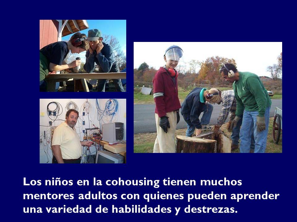 Los niños en la cohousing tienen muchos mentores adultos con quienes pueden aprender una variedad de habilidades y destrezas.
