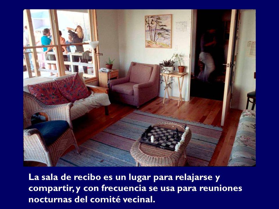 La sala de recibo es un lugar para relajarse y compartir, y con frecuencia se usa para reuniones nocturnas del comité vecinal.