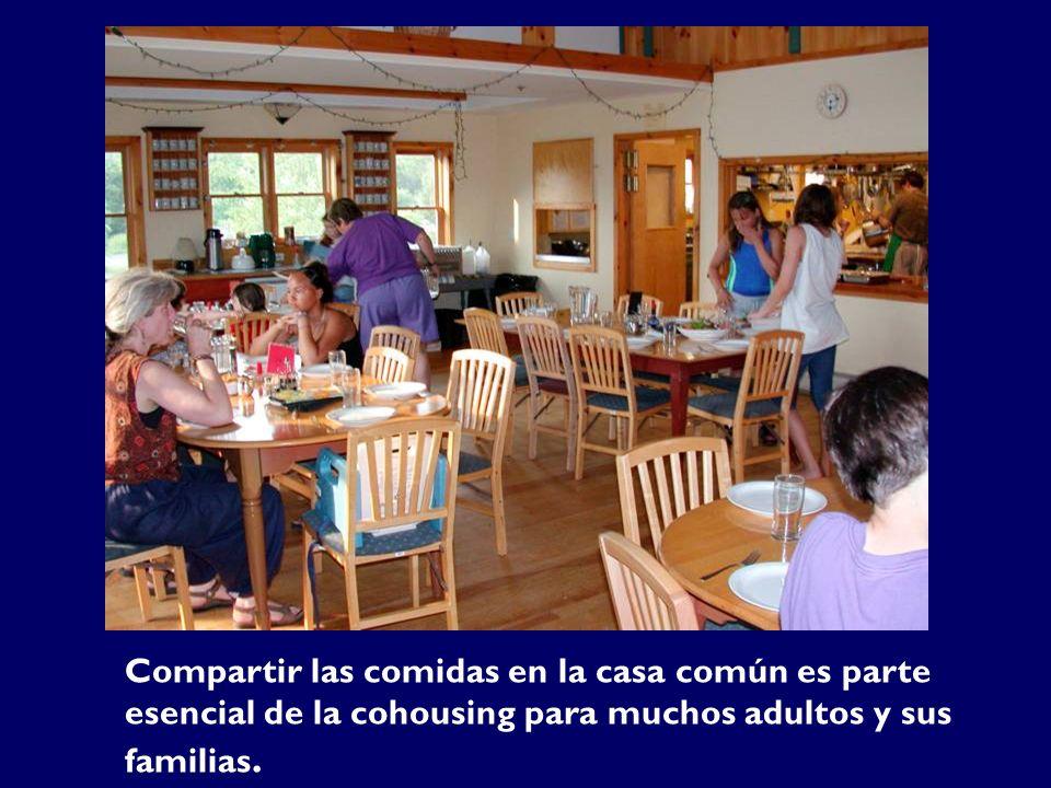 Compartir las comidas en la casa común es parte esencial de la cohousing para muchos adultos y sus familias.