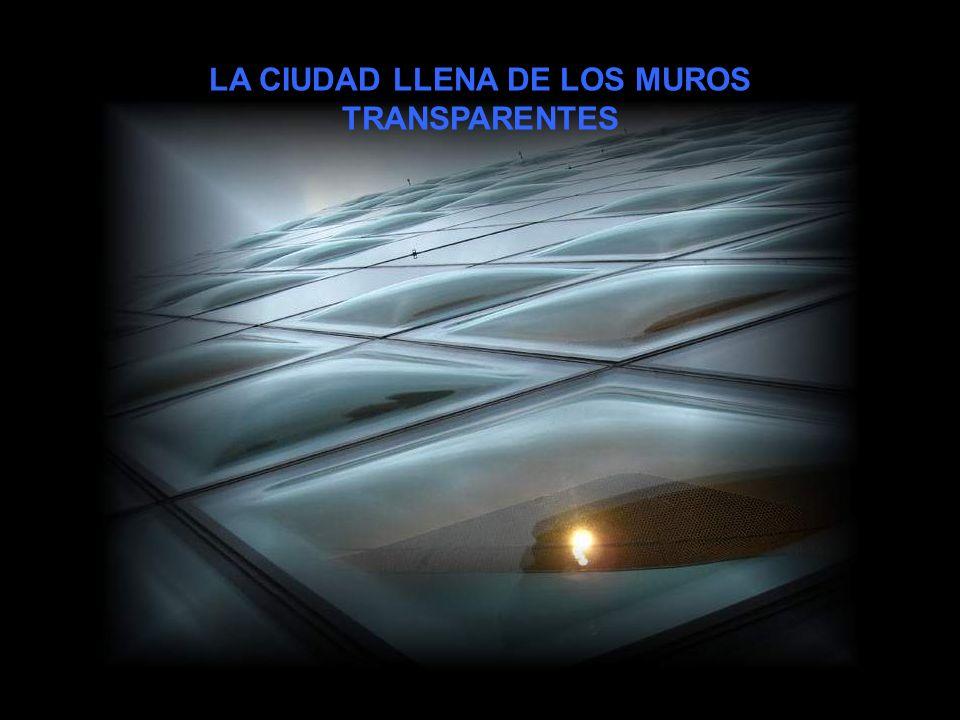 LA CIUDAD LLENA DE LOS MUROS TRANSPARENTES