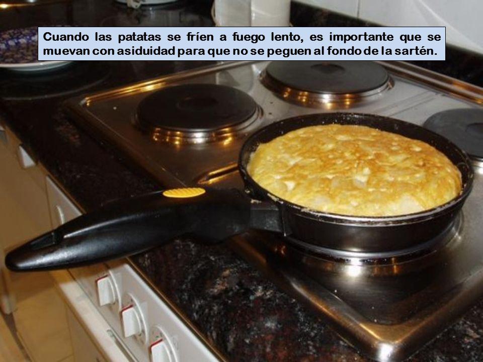 Cuando las patatas se fríen a fuego lento, es importante que se muevan con asiduidad para que no se peguen al fondo de la sartén.