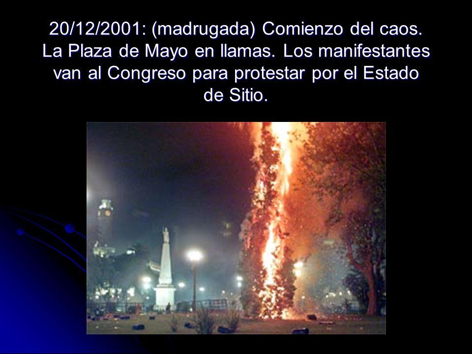 20/12/2001: (madrugada) Comienzo del caos. La Plaza de Mayo en llamas. Los manifestantes van al Congreso para protestar por el Estado de Sitio.