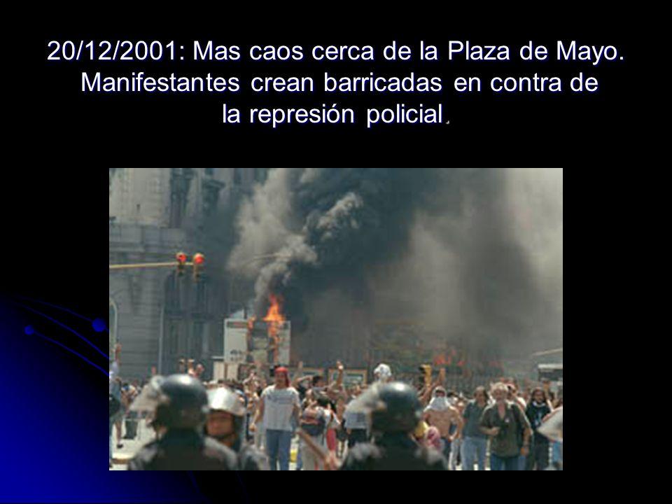 20/12/2001: Mas caos cerca de la Plaza de Mayo. Manifestantes crean barricadas en contra de la represión policial.