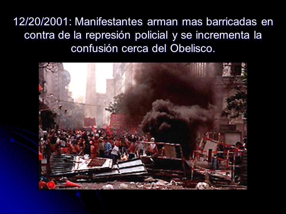 12/20/2001: Manifestantes arman mas barricadas en contra de la represión policial y se incrementa la confusión cerca del Obelisco.