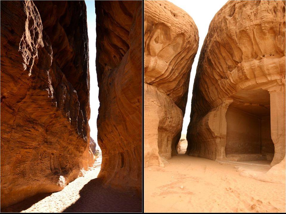 Todos sus rasgos arquitectónicos poseen de hecho el estilo de Petra, y no falta hasta una grieta natural que remite a su ciudad hermana, aunque de men