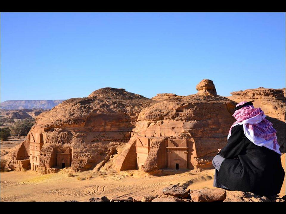 Emplazada en medio del desierto, emergen unas gigantescas rocas utilizadas para emplazar la ciudad, donde no faltan palacios tallados, templos y grandes tumbas en toda el área, obras que pueden tener hasta 16 metros de altura.