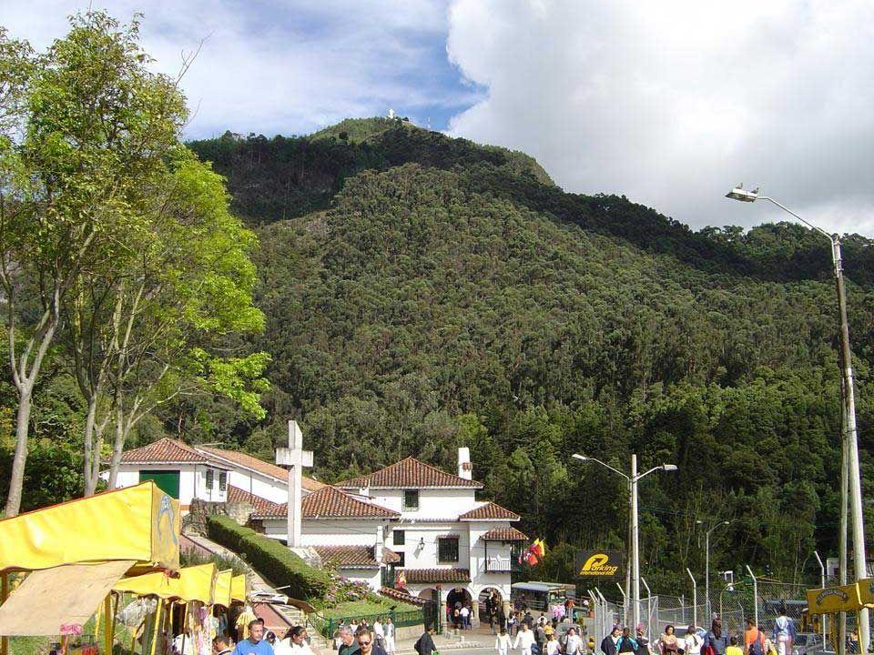 El Cerro de Monserrate junto con el Cerro de Guadalupe constituye los llamados cerros tutelares de Bogotá.
