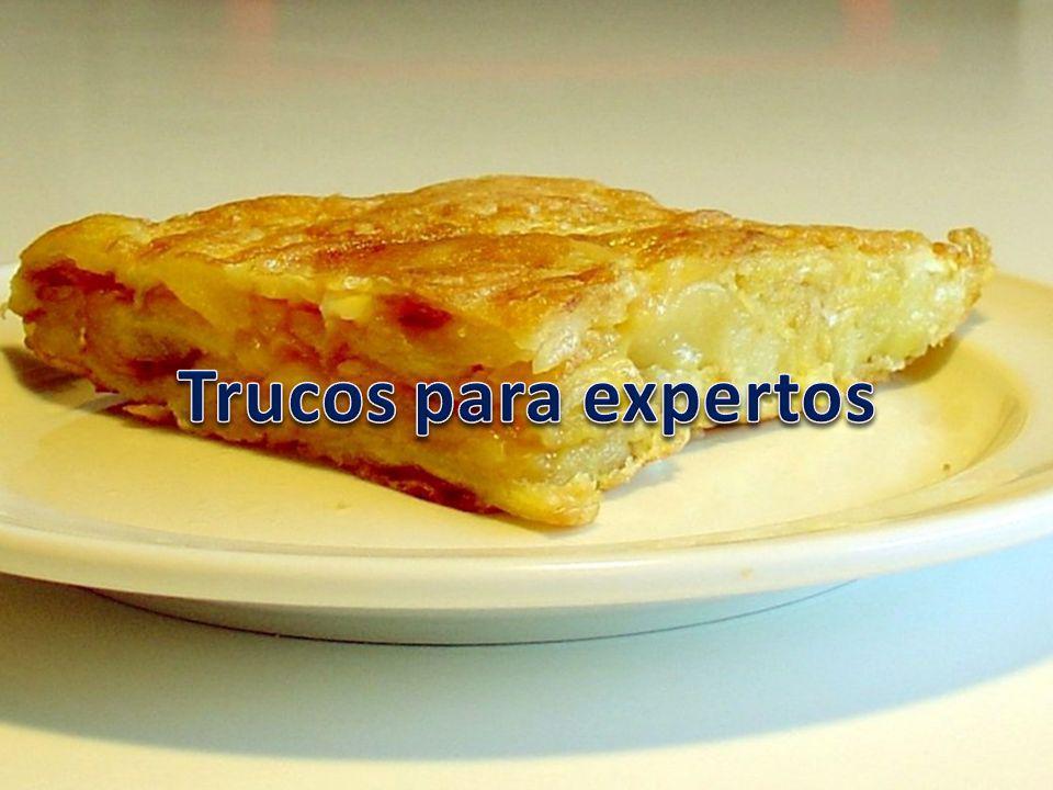 Para que la tortilla quede más jugosa, deja primero enfriar las patatas y luego mézclalas con el huevo.