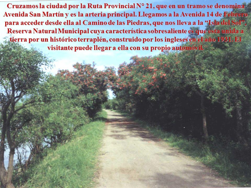 Cruzamos la ciudad por la Ruta Provincial N° 21, que en un tramo se denomina Avenida San Martín y es la arteria principal. Llegamos a la Avenida 14 de