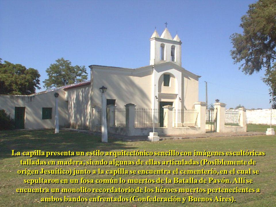 La capilla presenta un estilo arquitectónico sencillo con imágenes escultóricas talladas en madera, siendo algunas de ellas articuladas (Posiblemente