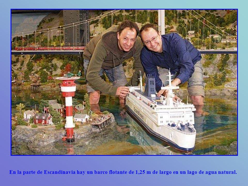 En la parte de Escandinavia hay un barco flotante de 1,25 m de largo en un lago de agua natural.