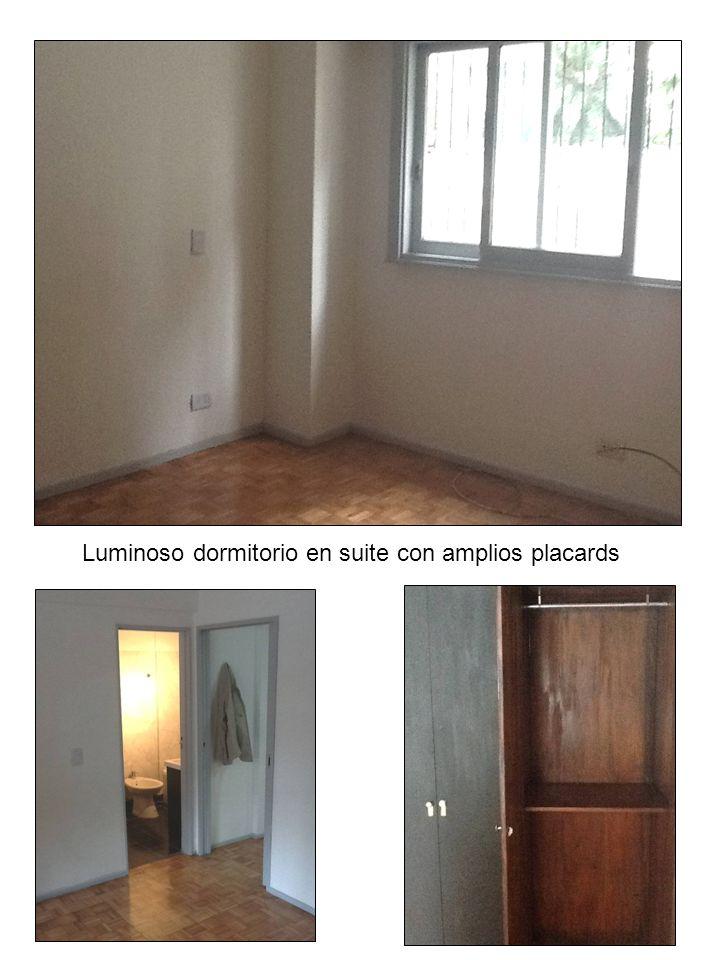 Luminoso dormitorio en suite con amplios placards