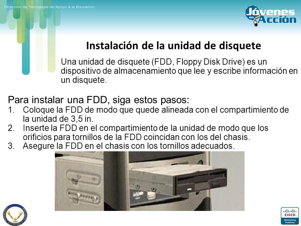 Instalación de la unidad de disquete Para instalar una FDD, siga estos pasos: 1.Coloque la FDD de modo que quede alineada con el compartimiento de la