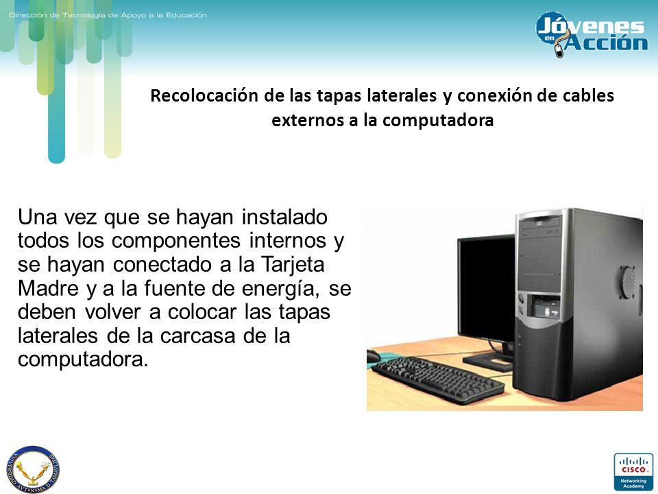 Recolocación de las tapas laterales y conexión de cables externos a la computadora Una vez que se hayan instalado todos los componentes internos y se