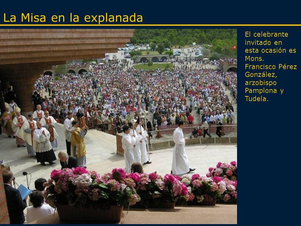 Presentación de niños a la Virgen Muchas familias vienen al santuario para presentar y ofrecer a sus hijos a la Virgen según una antigua tradición que también vivieron los padres de san Josemaría cuando lo llevaron a la antigua ermita de Torreciudad.