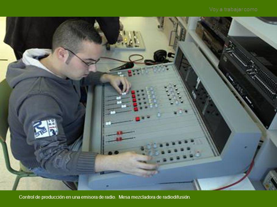 Control de producción en una emisora de radio. Mesa mezcladora de radiodifusión. Voy a trabajar como
