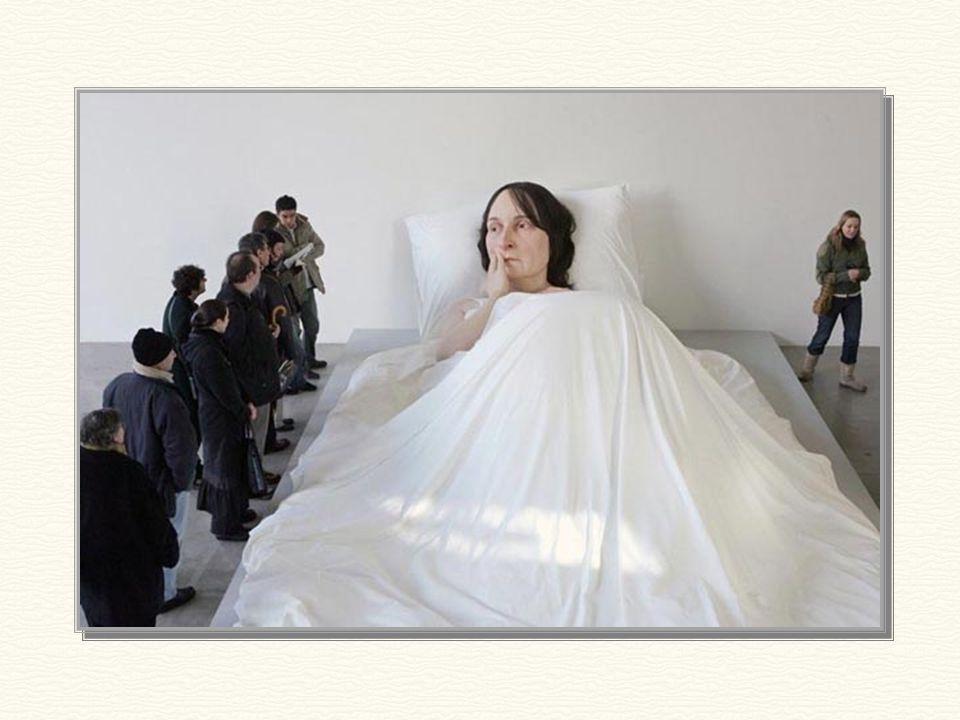 Foto que nos dá una noción más concreta de la dimensión de la escultura.