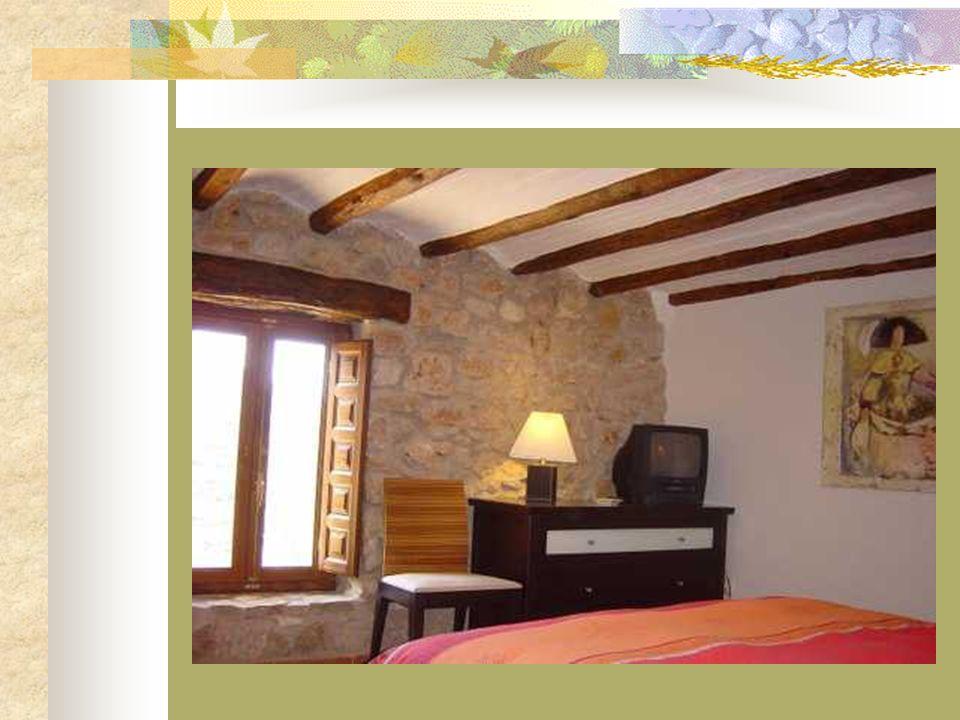 Planta Primera En la primera planta hay dos dormitorios: uno, con cuarto de baño completo, minibar y una cómoda cama de matrimonio. Esta habitación es