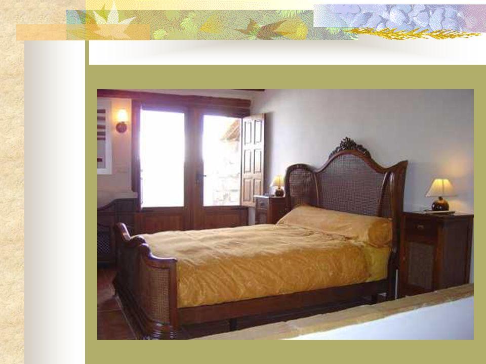 En realidad se trata de una auténtica suite con una confortable cama de madera de nogal tallada y mobiliario de calidad a juego, cuarto de baño con du