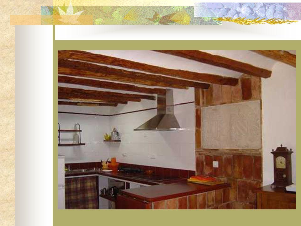 En la planta baja se encuentra la cocina americana, con vitrocerámica, el comedor, el salón con chimenea, televisión, DVD y equipo de música, y un bañ