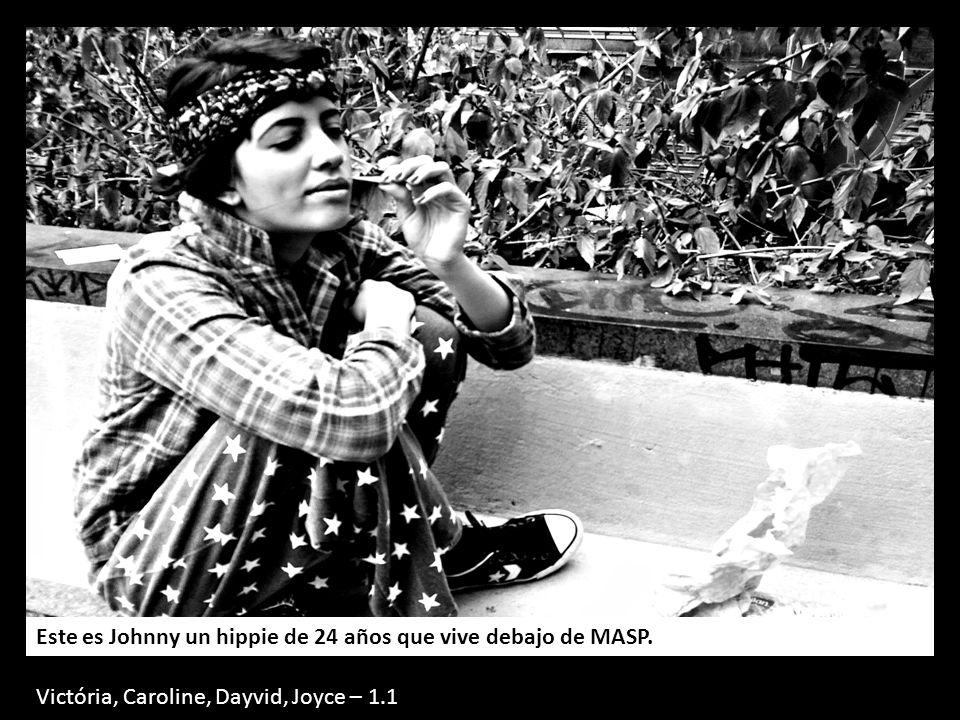 Este es Johnny un hippie de 24 años que vive debajo de MASP.