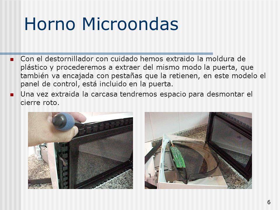 6 Horno Microondas Con el destornillador con cuidado hemos extraido la moldura de plástico y procederemos a extraer del mismo modo la puerta, que tamb
