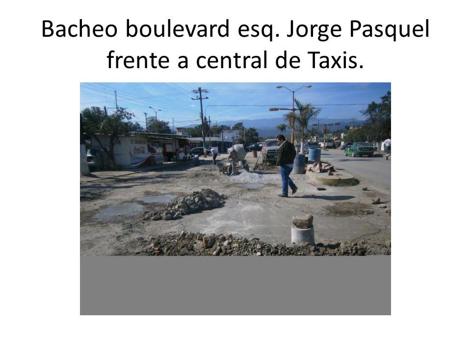 Bacheo boulevard esq. Jorge Pasquel frente a central de Taxis.
