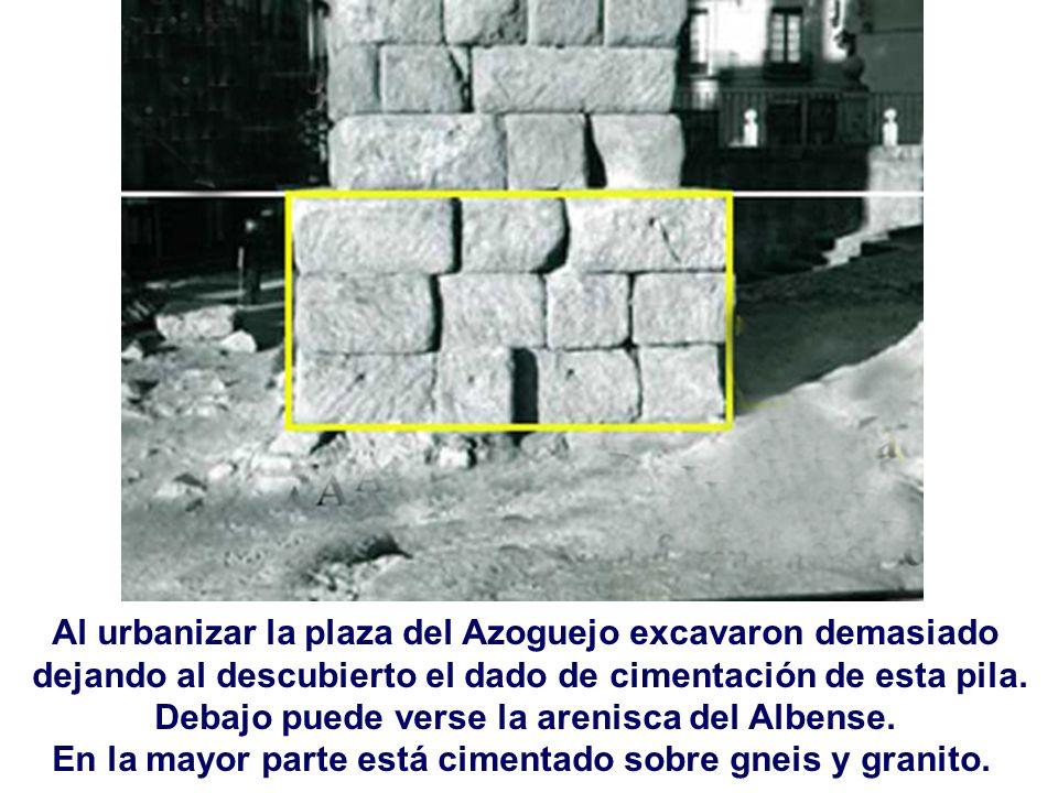 Al urbanizar la plaza del Azoguejo excavaron demasiado dejando al descubierto el dado de cimentación de esta pila. Debajo puede verse la arenisca del