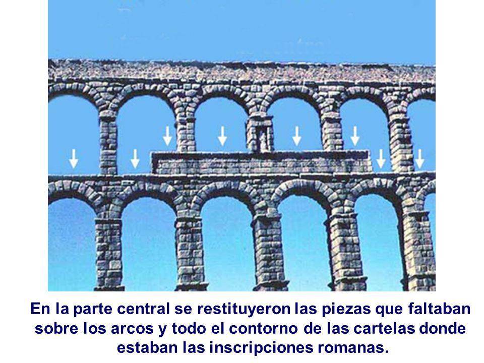 En la parte central se restituyeron las piezas que faltaban sobre los arcos y todo el contorno de las cartelas donde estaban las inscripciones romanas