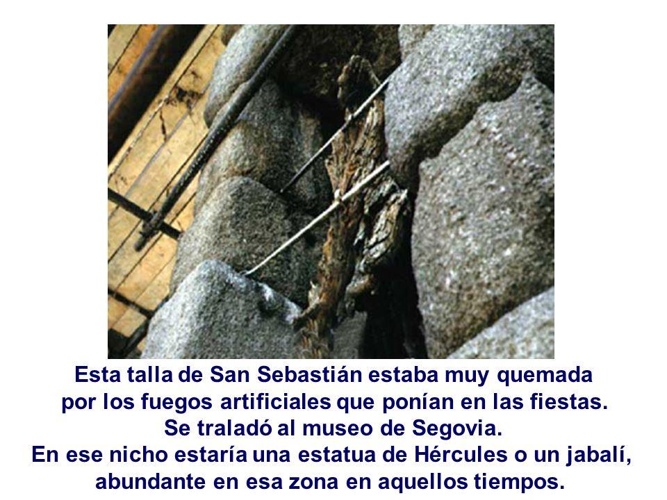 Esta talla de San Sebastián estaba muy quemada por los fuegos artificiales que ponían en las fiestas. Se traladó al museo de Segovia. En ese nicho est
