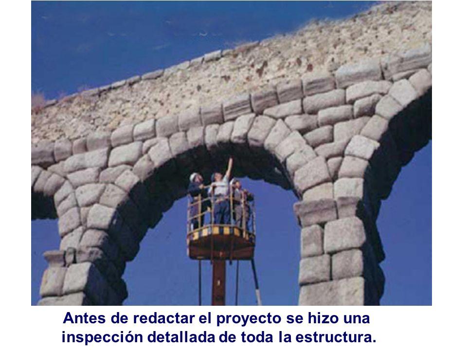 Al urbanizar la plaza del Azoguejo excavaron demasiado dejando al descubierto el dado de cimentación de esta pila.